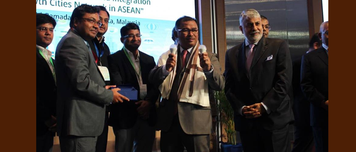 In a symbolic gesture, Shri Nikhilesh Giri, Deputy High Commissioner handing over a pair of LED bulbs at the launching ceremony of Replicating the UJALA Scheme in Melaka on 6 September 2017